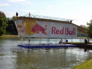 Red Bull - schwimmende Werbeplattform